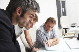 (c) iceteastock - Fotolia.com Männer in einer Besprechung